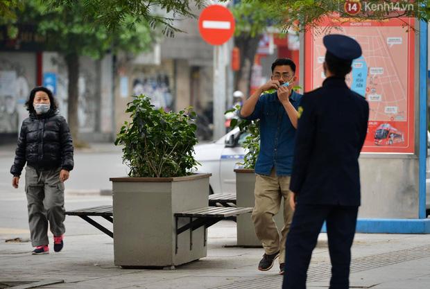 Nhiều người Hà Nội bị nhắc nhở hạn chế ra ngoài, tập thể dục và đeo khẩu trang xung quanh các phố trung tâm-2