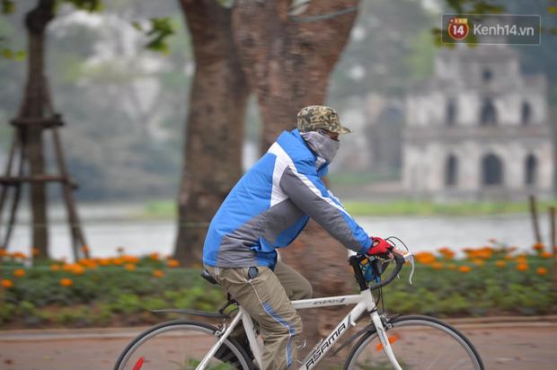 Nhiều người Hà Nội bị nhắc nhở hạn chế ra ngoài, tập thể dục và đeo khẩu trang xung quanh các phố trung tâm-5
