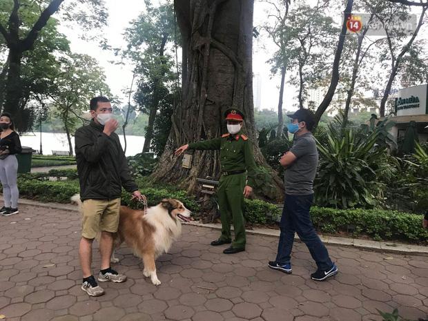 Nhiều người Hà Nội bị nhắc nhở hạn chế ra ngoài, tập thể dục và đeo khẩu trang xung quanh các phố trung tâm-6