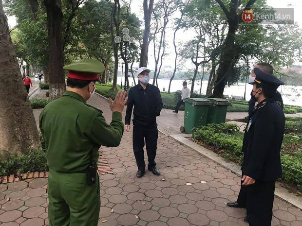 Nhiều người Hà Nội bị nhắc nhở hạn chế ra ngoài, tập thể dục và đeo khẩu trang xung quanh các phố trung tâm-7
