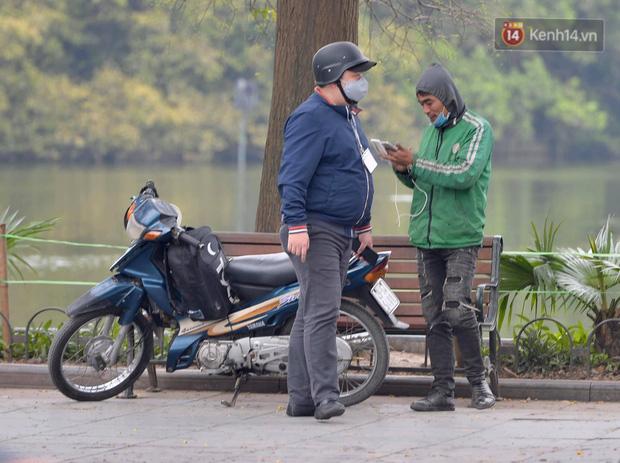 Nhiều người Hà Nội bị nhắc nhở hạn chế ra ngoài, tập thể dục và đeo khẩu trang xung quanh các phố trung tâm-10