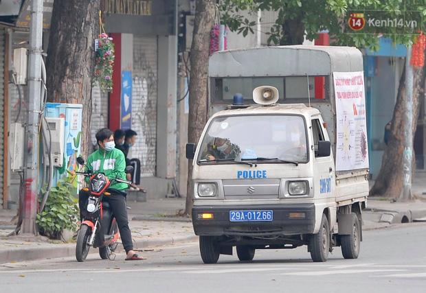 Nhiều người Hà Nội bị nhắc nhở hạn chế ra ngoài, tập thể dục và đeo khẩu trang xung quanh các phố trung tâm-11