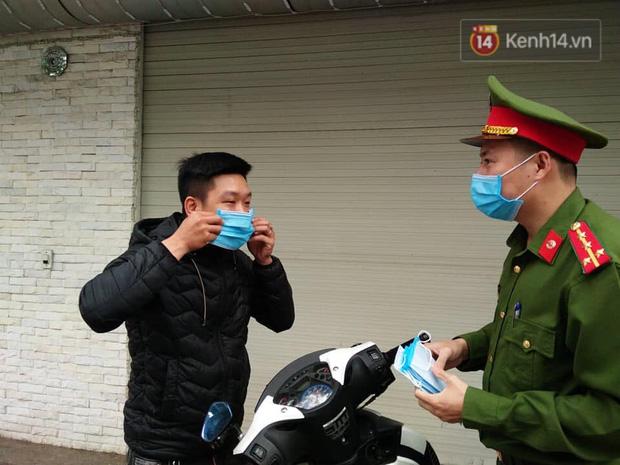 Nhiều người Hà Nội bị nhắc nhở hạn chế ra ngoài, tập thể dục và đeo khẩu trang xung quanh các phố trung tâm-12