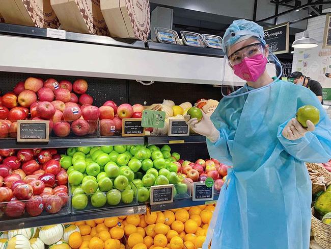 """Angela Phương Trinh gây sốt"""" khi xuất hiện trong siêu thị với đồ bảo hộ kín mít-1"""