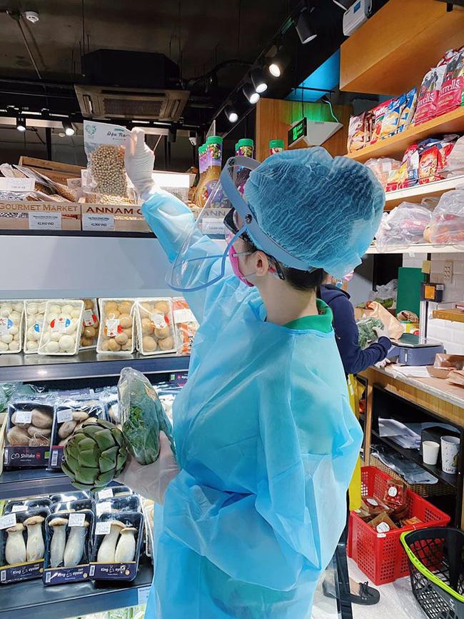 """Angela Phương Trinh gây sốt"""" khi xuất hiện trong siêu thị với đồ bảo hộ kín mít-2"""