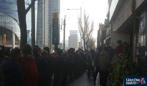 Tầng lớp lao động Hàn Quốc chật vật kiếm sống giữa thời Covid-19: Tiểu thương lay lắt cả buổi không có khách, công nhân thất nghiệp phải xin từng bữa ăn-3