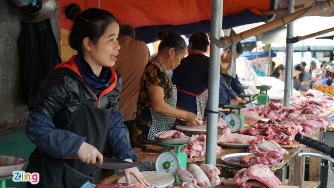 Lợn hơi về 70.000 đồng/kg, giá thịt bán ra vẫn cao-1