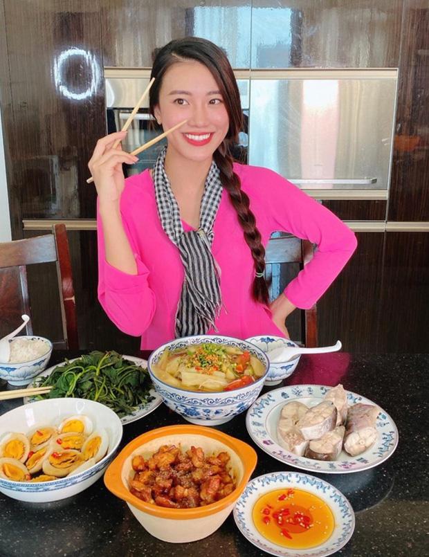 Không nhà hàng đắt đỏ, sao Vbiz tiết kiệm với mâm cơm nhà mùa dịch: Tóc Tiên nịnh chồng món ngon, Băng Di nấu bữa chỉ 50K-17