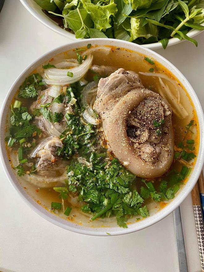 Không nhà hàng đắt đỏ, sao Vbiz tiết kiệm với mâm cơm nhà mùa dịch: Tóc Tiên nịnh chồng món ngon, Băng Di nấu bữa chỉ 50K-22