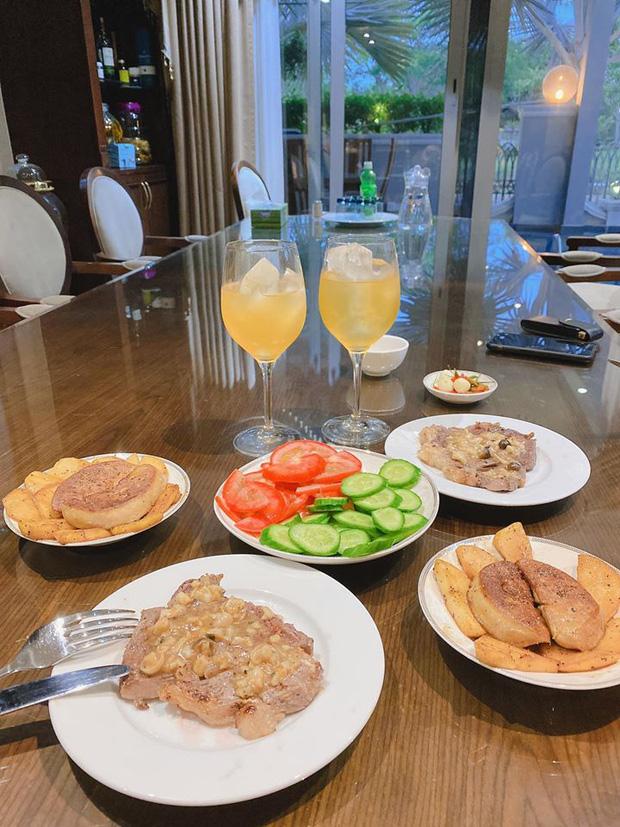 Không nhà hàng đắt đỏ, sao Vbiz tiết kiệm với mâm cơm nhà mùa dịch: Tóc Tiên nịnh chồng món ngon, Băng Di nấu bữa chỉ 50K-10