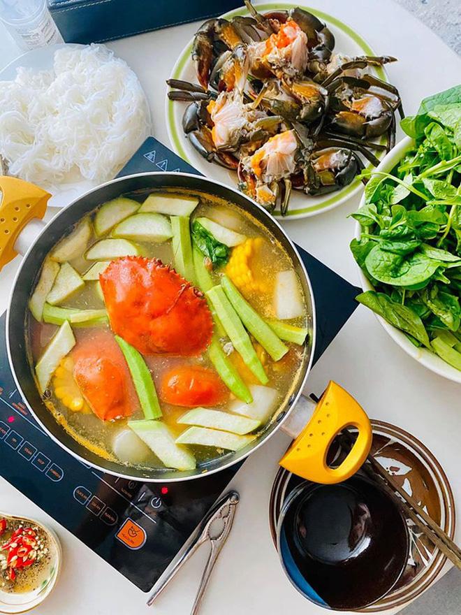 Không nhà hàng đắt đỏ, sao Vbiz tiết kiệm với mâm cơm nhà mùa dịch: Tóc Tiên nịnh chồng món ngon, Băng Di nấu bữa chỉ 50K-21