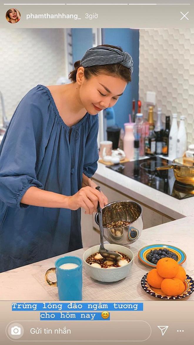 Không nhà hàng đắt đỏ, sao Vbiz tiết kiệm với mâm cơm nhà mùa dịch: Tóc Tiên nịnh chồng món ngon, Băng Di nấu bữa chỉ 50K-14