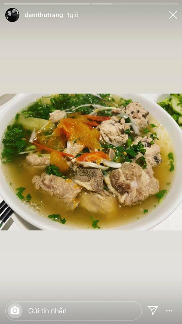 Không nhà hàng đắt đỏ, sao Vbiz tiết kiệm với mâm cơm nhà mùa dịch: Tóc Tiên nịnh chồng món ngon, Băng Di nấu bữa chỉ 50K-9