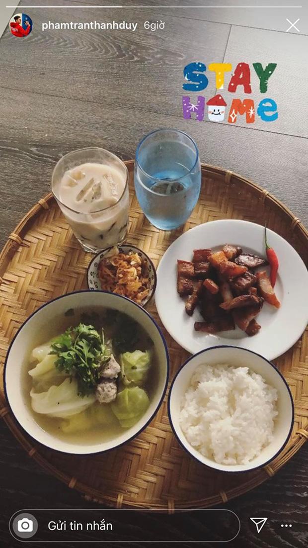 Không nhà hàng đắt đỏ, sao Vbiz tiết kiệm với mâm cơm nhà mùa dịch: Tóc Tiên nịnh chồng món ngon, Băng Di nấu bữa chỉ 50K-26