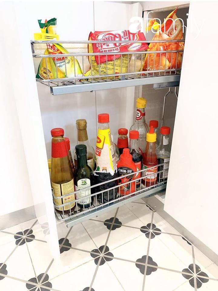Căn bếp 15m² của bà mẹ Sài Thành đẹp như tạp chí, trưng bày dụng cụ làm bếp không khác gì walk-in closet-7