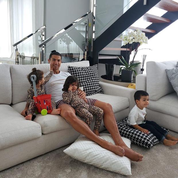 Ronaldo: Chỉ cần khoe sương sương body đẹp như tượng tạc thôi mà đã thu về tới hơn 8 triệu lượt thả tim-2