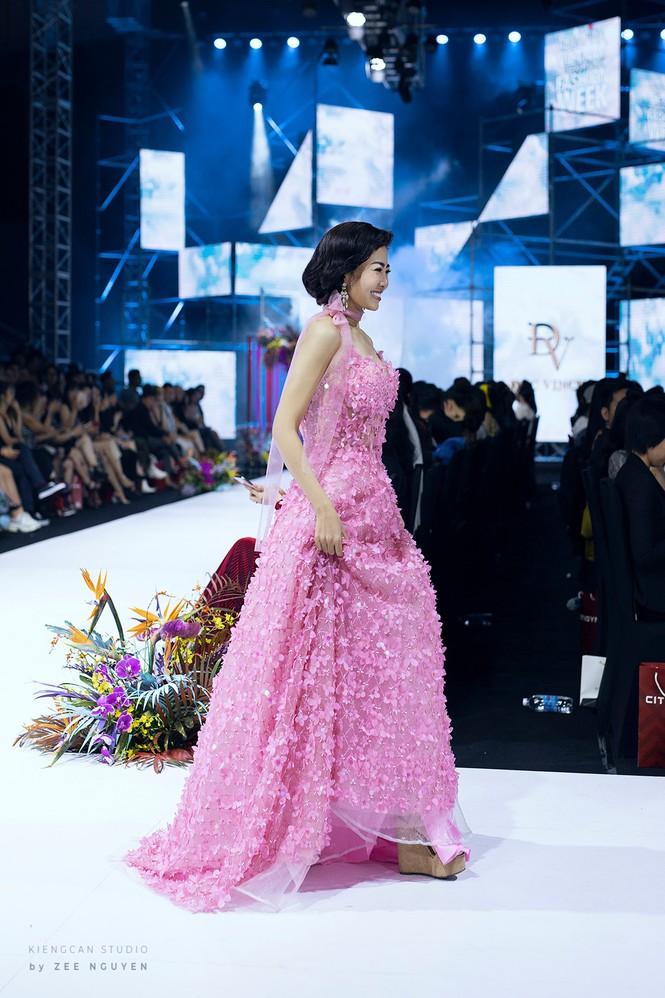 Đấu giá chiếc váy Mai Phương từng catwalk lúc mang bệnh để gây quỹ cho bé Lavie-3
