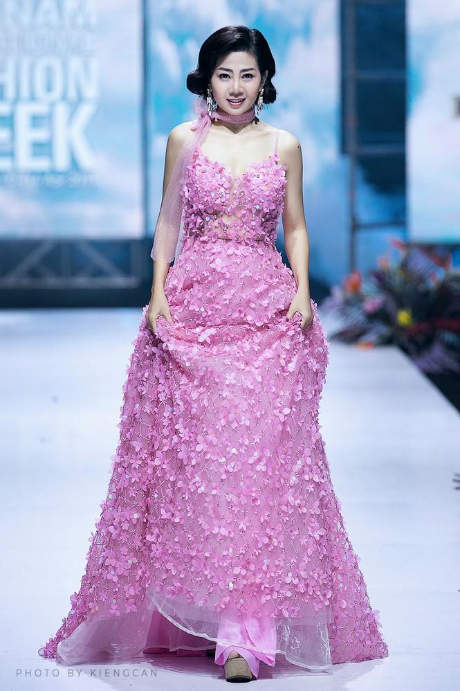 Đấu giá chiếc váy Mai Phương từng catwalk lúc mang bệnh để gây quỹ cho bé Lavie-2