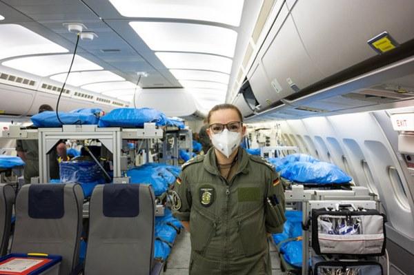 Mục sở thị bên trong bệnh viện bay chuyên chở bệnh nhân nhiễm Covid-19 hiện đại bậc nhất thế giới, trang thiết bị y khoa không khác gì bệnh viện trên mặt đất-4