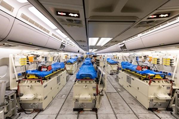 Mục sở thị bên trong bệnh viện bay chuyên chở bệnh nhân nhiễm Covid-19 hiện đại bậc nhất thế giới, trang thiết bị y khoa không khác gì bệnh viện trên mặt đất-7