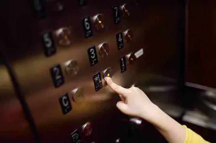 Trước khi bước ra khỏi thang máy, cậu bé vẫn kịp làm một điều vô cùng đáng trách, bố mẹ còn thản nhiên buông một câu-1