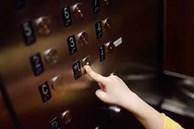 Trước khi bước ra khỏi thang máy, cậu bé vẫn kịp làm một điều vô cùng đáng trách, bố mẹ còn thản nhiên buông một câu