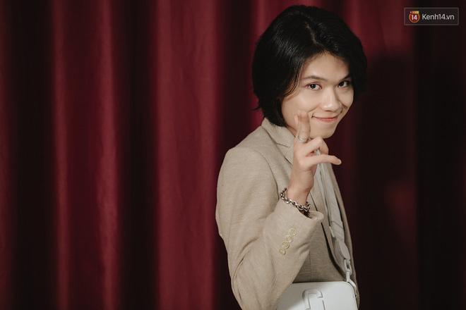 Cựu thủ môn tuyển Việt Nam gây tranh cãi khi cố hôn diễn viên Quang Trung trong show truyền hình-3