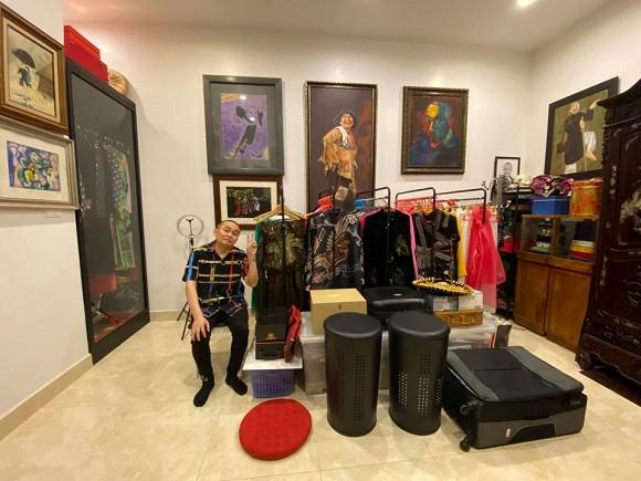 Nghệ sĩ Xuân Hinh khoe phòng để đồ, hé lộ bộ sưu tập áo dài đủ loại-1