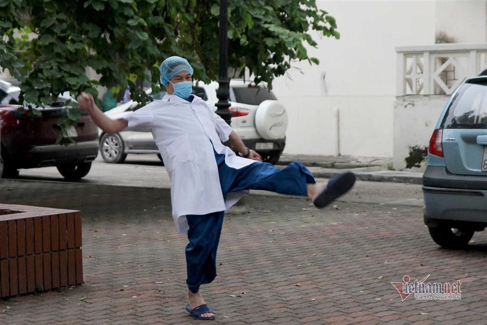 Góc chơi cực lạ của bác sỹ Bạch Mai mỗi buổi chiều trong khu cách ly-6