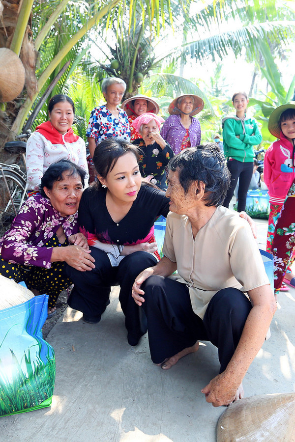 Ấm lòng giữa mùa dịch: Đại Nghĩa - Việt Hương cùng nhau có hành động đúng với ý nghĩa câu 1 đồng khi đói-2