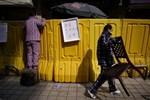 Kiểu đi chợ khác thường ở Vũ Hán giữa phong tỏa