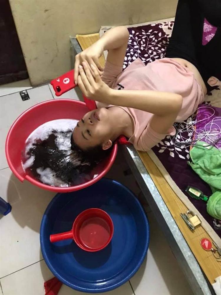 Anh chồng nằng nặc không cho bà xã ra tiệm cắt tóc, nhận luôn chân nhân viên gội đầu phục vụ tại gia để chị vợ yên tâm ở nhà chống dịch-1