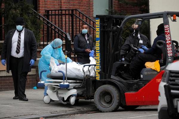 Những hình ảnh đầu tiên khi nước Mỹ bước vào hai tuần lễ đau đớn: 96% dân số ở nhà, hơn 236.000 người nhiễm Covid-19 và 5.700 người tử vong-2