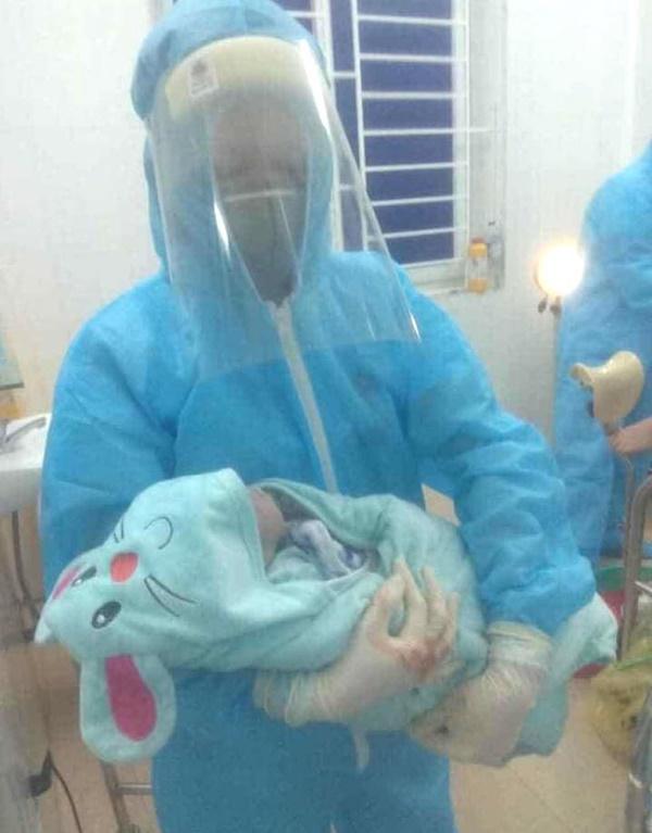 Sản phụ đang cách ly ở bệnh viện được bác sỹ đỡ đẻ thành công bé trai nặng gần 3kg-1