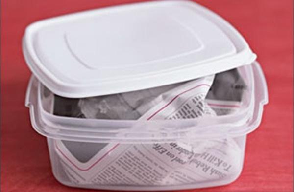Vo tròn tờ báo bỏ vào hộp nhựa, kết quả thu được ngày hôm sau khiến aicũng muốn học theo-1