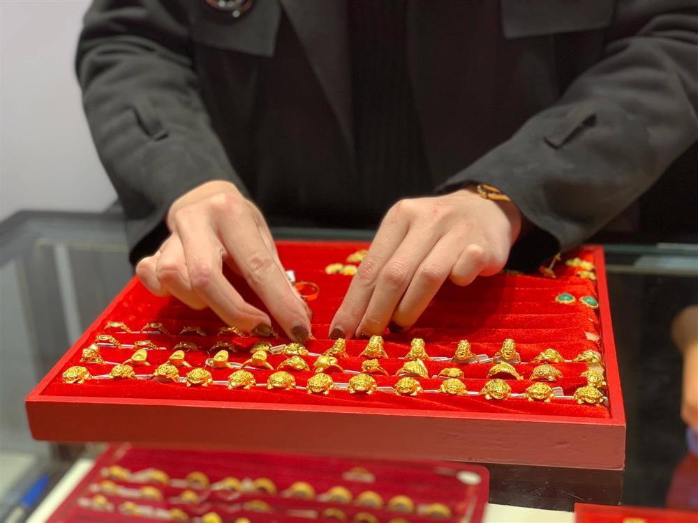 Giá vàng hôm nay 4/4: Giữ tiền mặt thời biến động, vàng mất giá-1