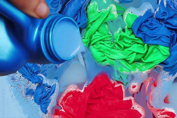 Quần áo dùng chưa bao lâu phải bỏ đi vì những sai lầm phổ biến nhiều người mắc phải khi dùng nước xả vải-1