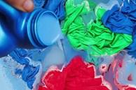 Quần áo dùng chưa bao lâu phải bỏ đi vì những sai lầm phổ biến nhiều người mắc phải khi dùng nước xả vải