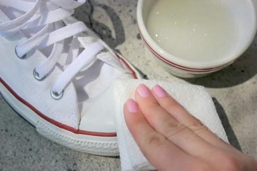 Cách tẩy vết mốc trên giày thể thao nhanh gọn, hiệu quả-2