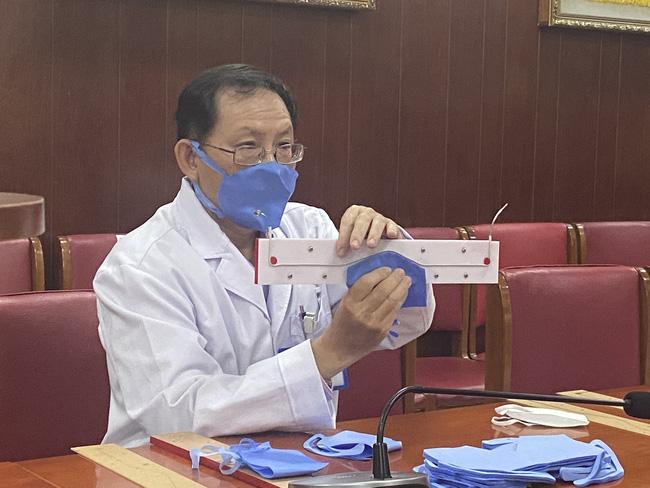 Bệnh viện ở TP.HCM tự chế khuôn dập khẩu trang độc, làm 3.000 cái mỗi ngày để bác sĩ dùng trong mùa dịch Covid-19-1
