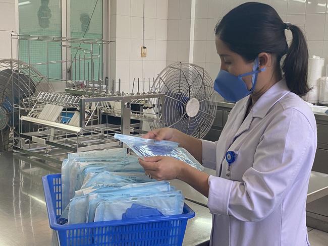 Bệnh viện ở TP.HCM tự chế khuôn dập khẩu trang độc, làm 3.000 cái mỗi ngày để bác sĩ dùng trong mùa dịch Covid-19-4