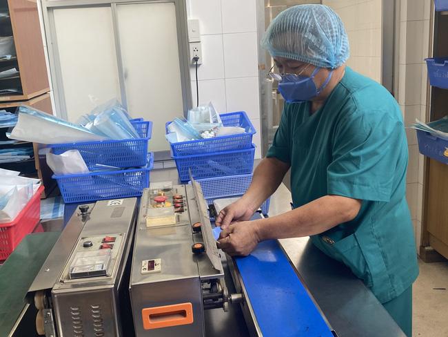 Bệnh viện ở TP.HCM tự chế khuôn dập khẩu trang độc, làm 3.000 cái mỗi ngày để bác sĩ dùng trong mùa dịch Covid-19-9