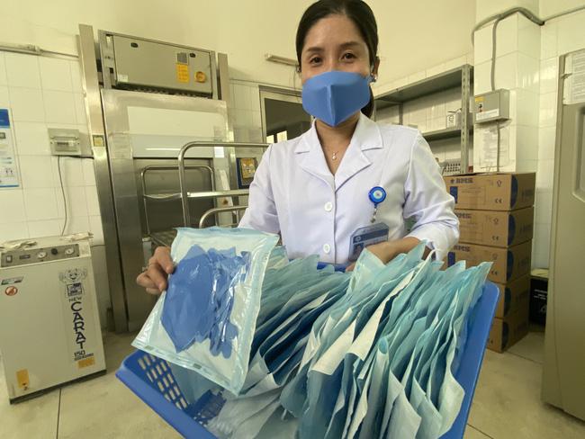 Bệnh viện ở TP.HCM tự chế khuôn dập khẩu trang độc, làm 3.000 cái mỗi ngày để bác sĩ dùng trong mùa dịch Covid-19-10