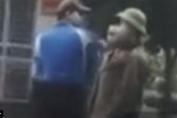 Bị nhắc đeo khẩu trang khi qua chốt kiểm dịch Covid-19, người đàn ông lăng mạ lực lượng chức năng-1
