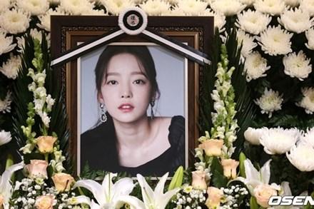 Căm phẫn trước lời kể của anh trai Goo Hara: Mẹ ruột vui vẻ xin chụp ảnh với người nổi tiếng trong đám tang con gái