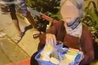 Một đoạn clip gây tranh cãi: Thấy bà cụ bán hàng rong bên đường liền chạy tới ủng hộ, nào ngờ đó là mẹ ruột từng đem mình cho người khác