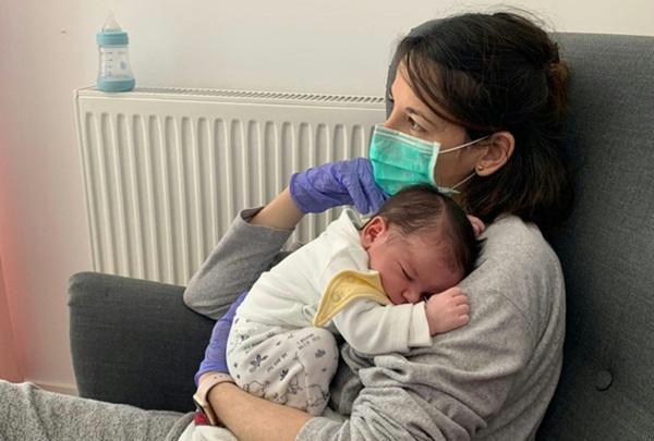 Sinh con trai đầu lòng trong lúc nhiễm Covid-19, bà mẹ phải cách ly từ xa và không được chạm vào em bé-3