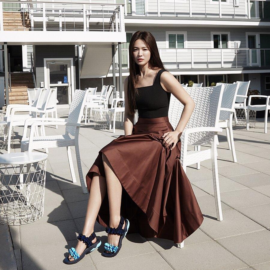 Diện lên cực trẻ và chơi, bảo sao Song Hye Kyo lẫn Hà Tăng đều tích cực lăng xê mẫu sandal thô kệch này-1