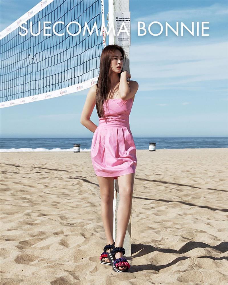 Diện lên cực trẻ và chơi, bảo sao Song Hye Kyo lẫn Hà Tăng đều tích cực lăng xê mẫu sandal thô kệch này-2