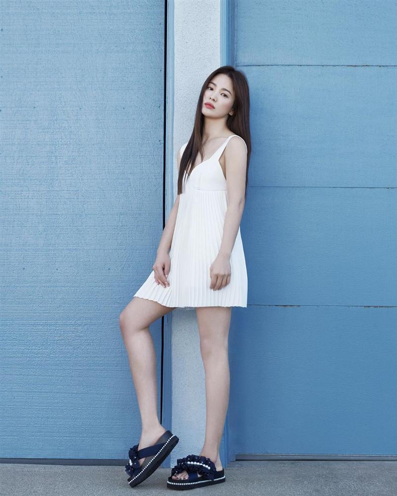 Diện lên cực trẻ và chơi, bảo sao Song Hye Kyo lẫn Hà Tăng đều tích cực lăng xê mẫu sandal thô kệch này-3